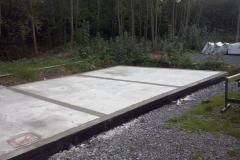 Montage der Fundamentbohlen der rechten Garage