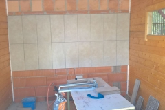 Innenausbau: Fliesenlegerarbeiten an  Küche und Duschen